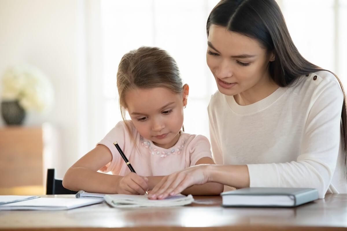 Madre e hija firmando contrato con normas