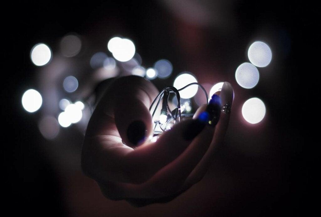 mano con luces simbolizando cómo replantear tu vida