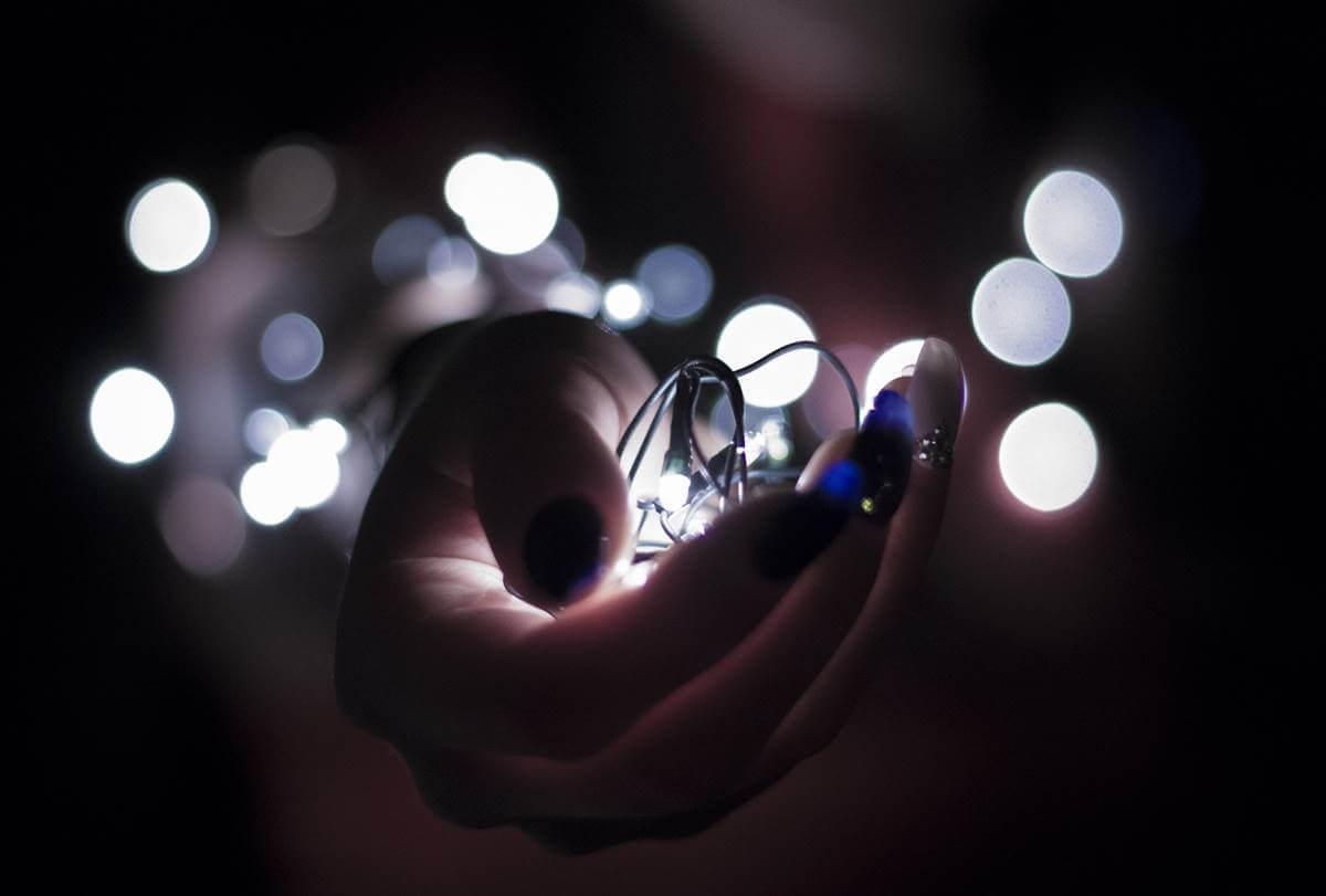 Mano con luces simbolizando la relación entre cerebelo y pensamiento divergente
