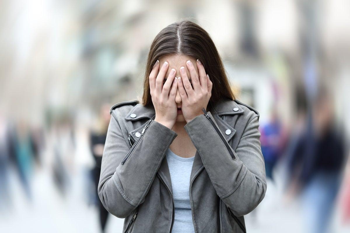 Mujer con ansiedad por la calle