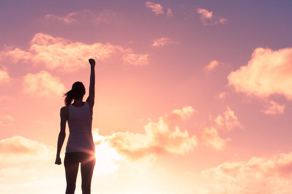 Mujer con los brazos hacia arriba