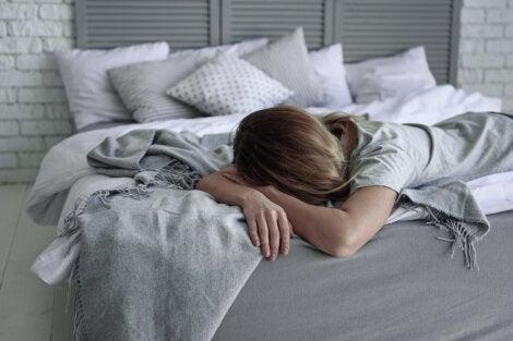 Mujer en la cama con clinomanía