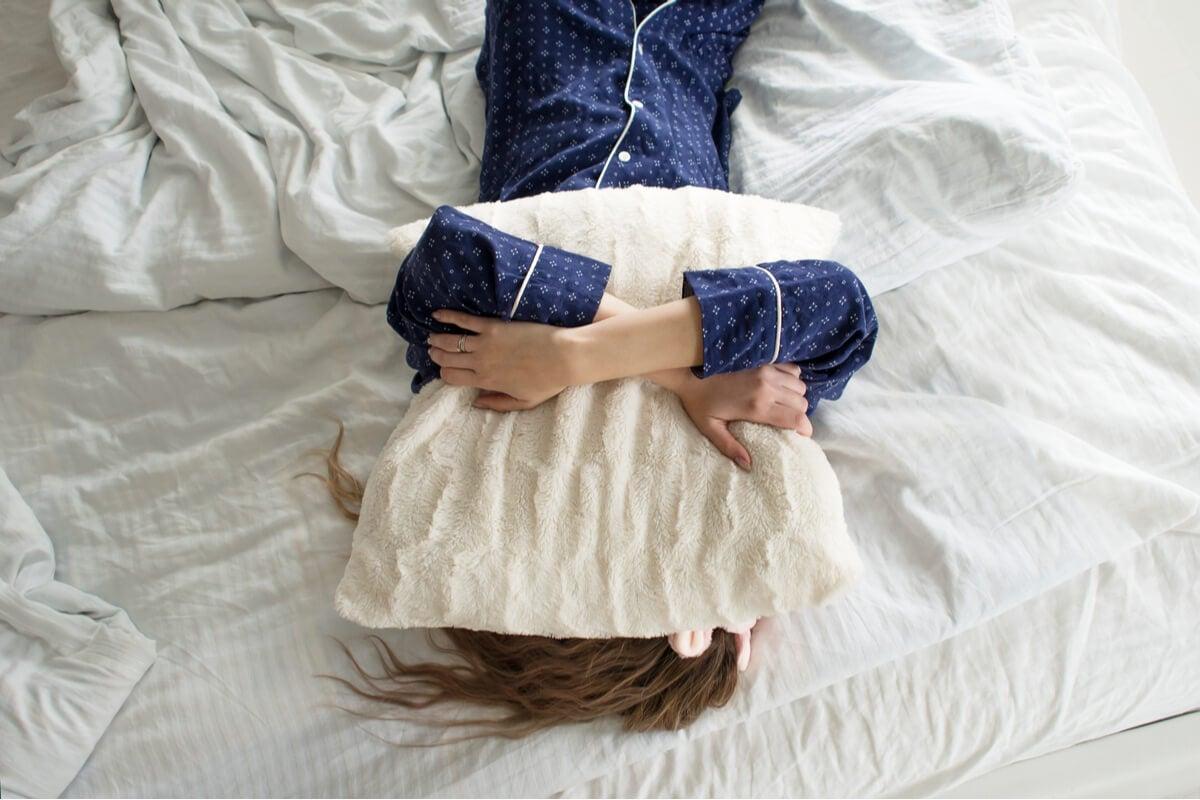 Mujer con sueño en la cama