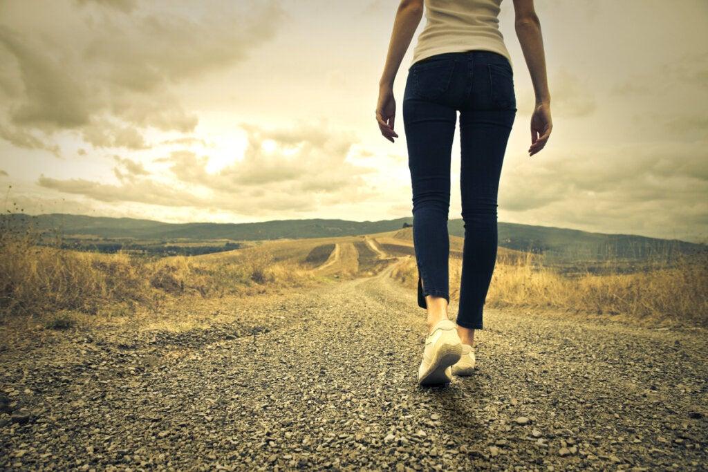 Mujer caminando por la carretera