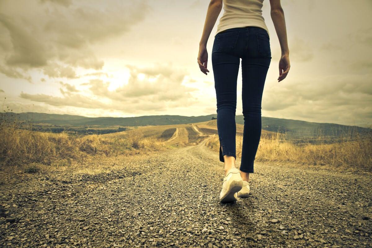 Mujer caminando por la carretera hombre pensando en aceptar lo que no tiene explicación