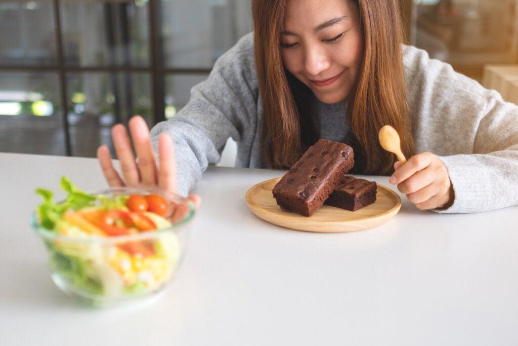 Mujer deseando comer chocolate