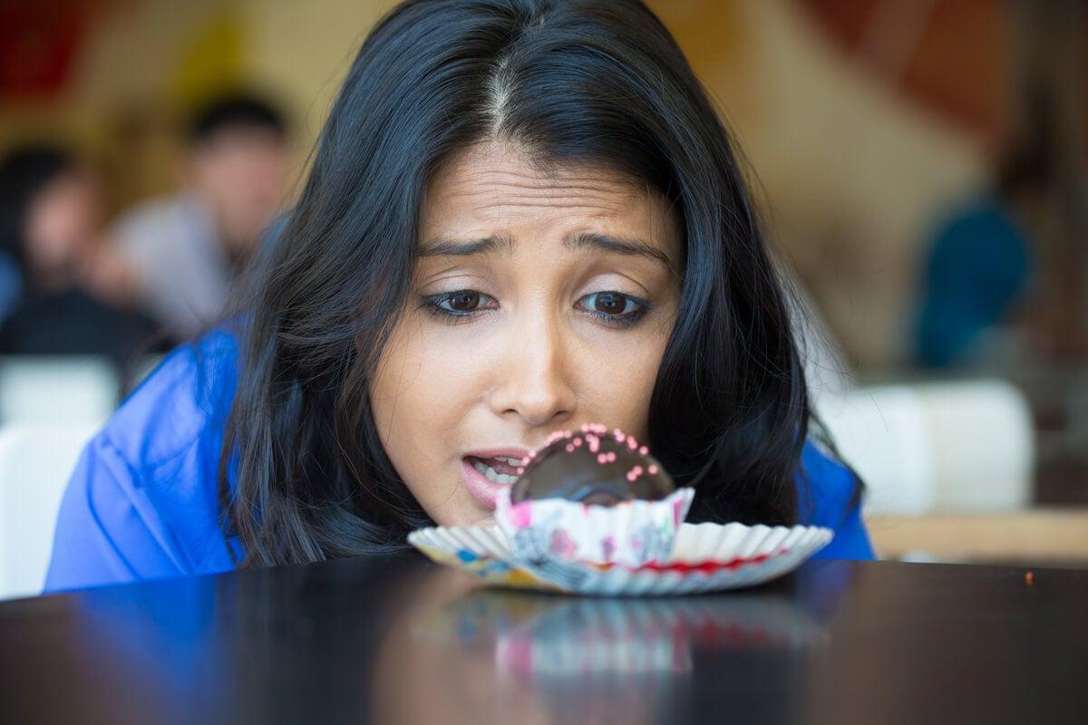 Mujer deseando comer un pastel