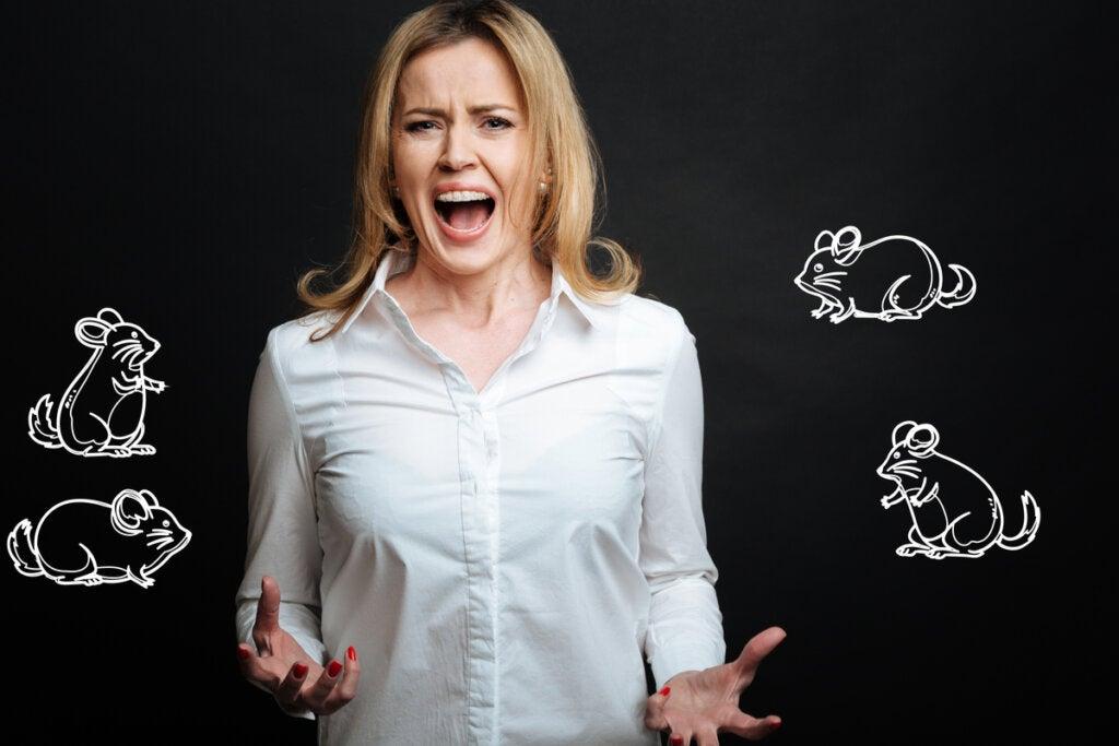 Mujer gritando por miedo a los ratones