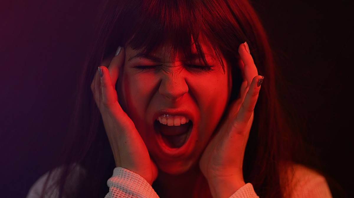 Chica gritando como efecto de las emociones expansivas