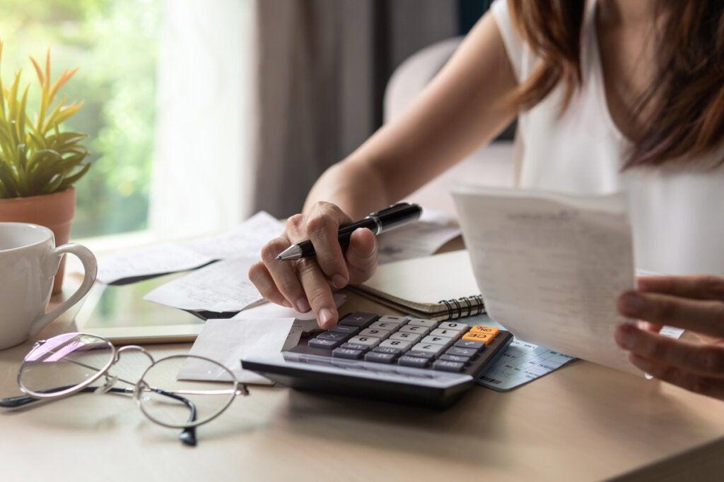 Mujer haciendo control de gastos
