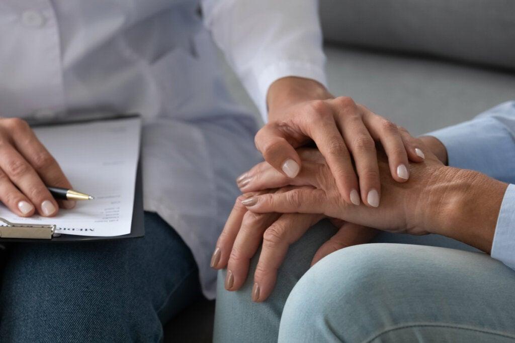 Mujer haciendo terapia psicológica adyuvante