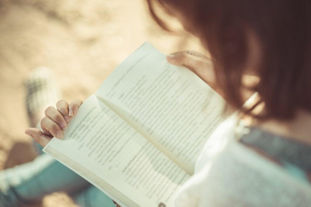 Mujer leyendo un libro sobre la edad real de tu cerebro