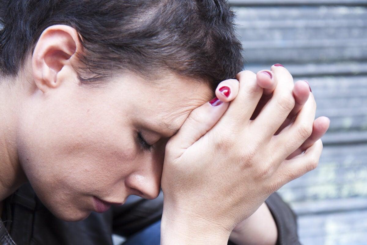 Mujer pensando en los principales trastornos de la personalidad