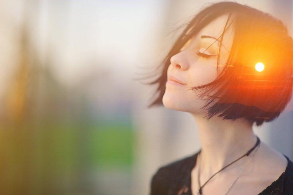 Mujer con los ojos cerrados pensando que ahora solo quiero tranquilidad