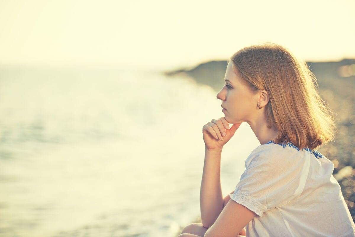 Mujer pensando en el poder personal