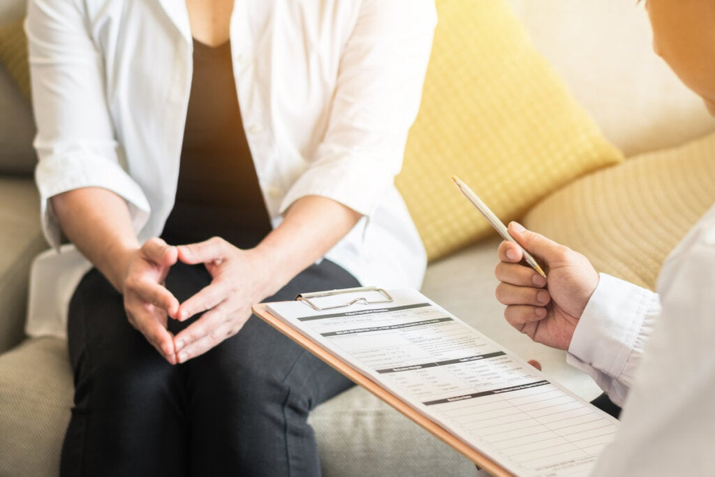 Mujer en el psicólogo haciendo terapia