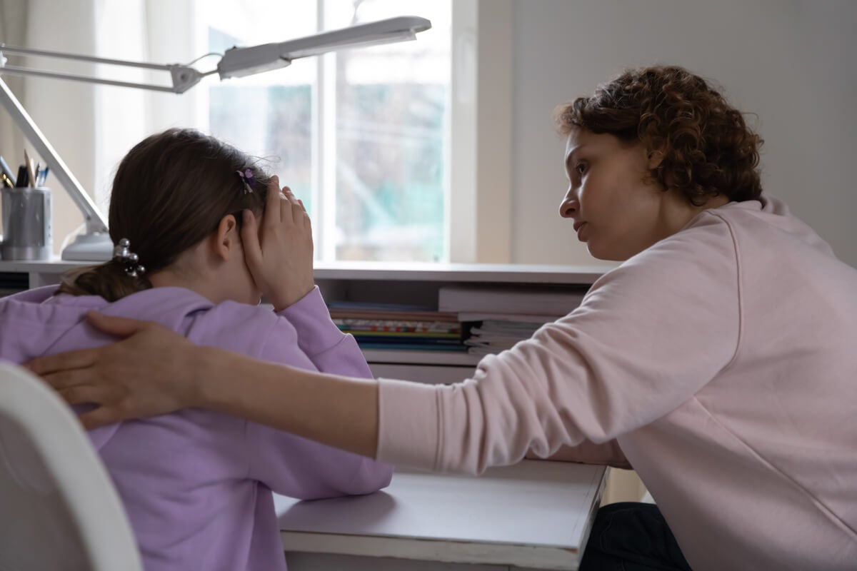 Niña con síndrome de Williams hablando con la psicóloga