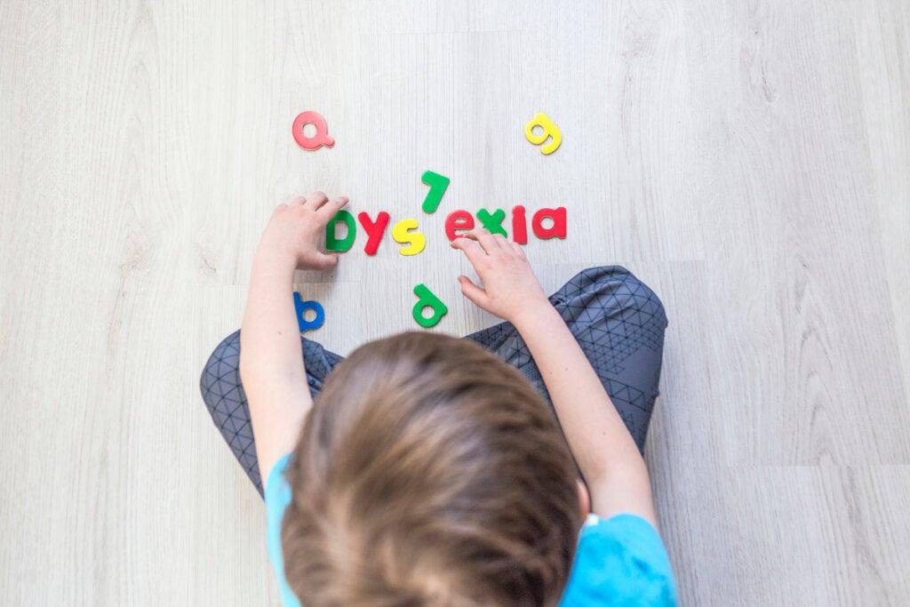 Niño formando la palabra dislexia