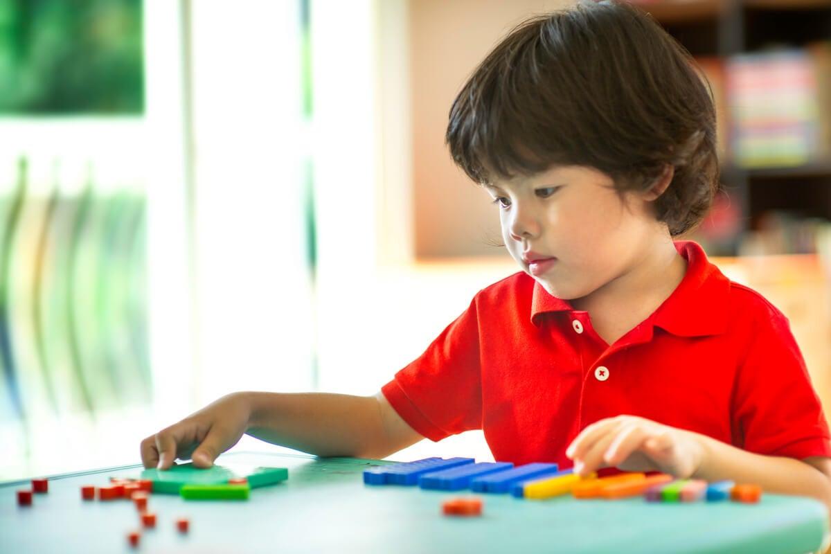 Niño representando a los nativos digitales
