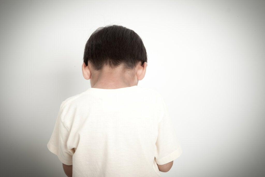 Niño con inteligencia límite de espaldas