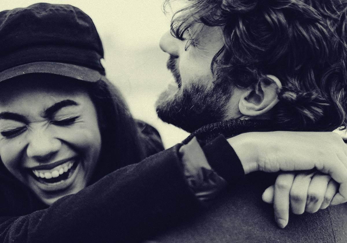 Pareja abrazándose liberando hormonas de la felicidad