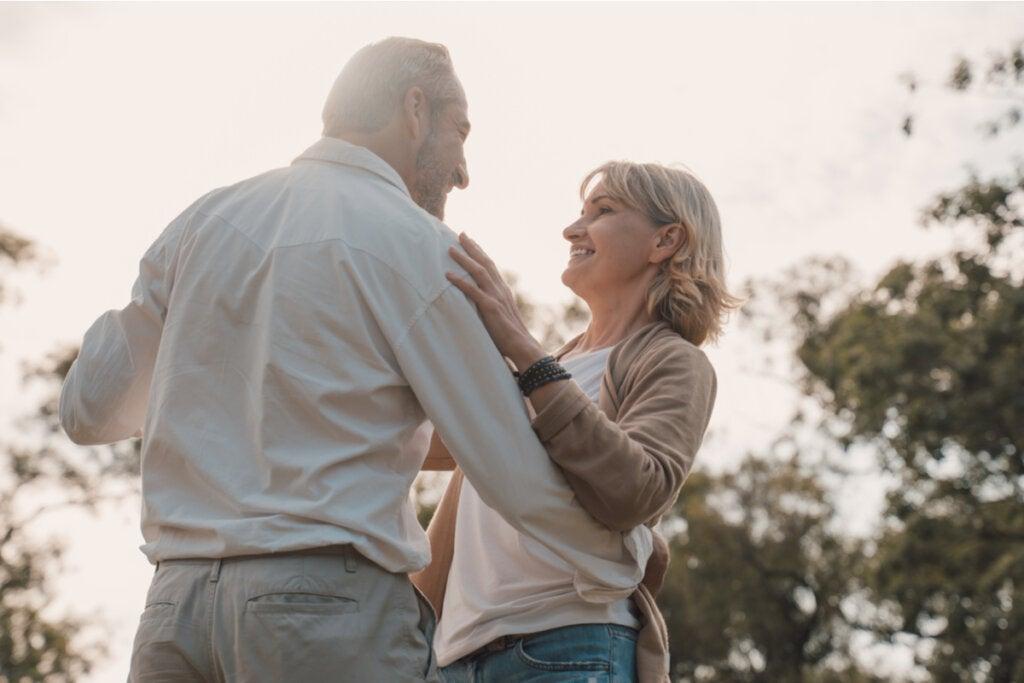 Pareja de adultos mayores bailando