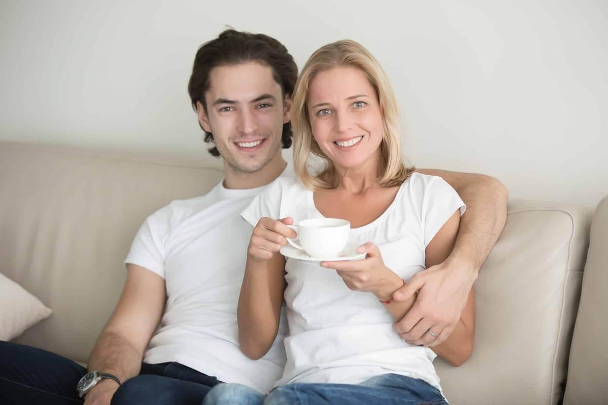 Pareja sentada en el sofá representando que mi familia no acepta que mi pareja sea mayor que yo
