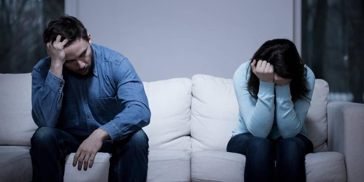 Chico y chica en el sofá pensando que mi pareja me hace sentir mal