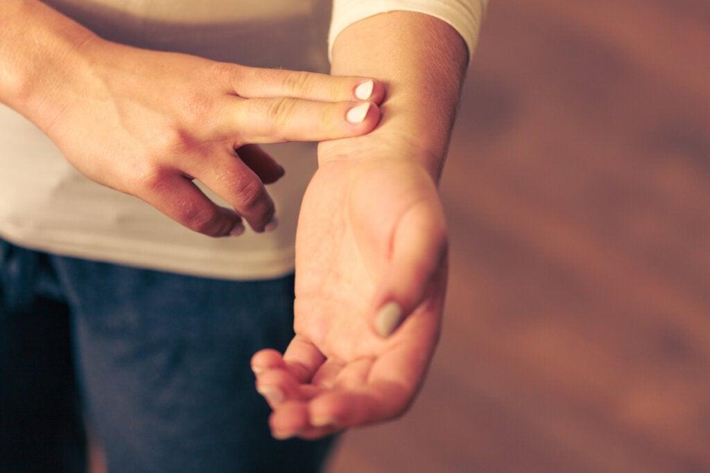 Persona tomándose el pulso