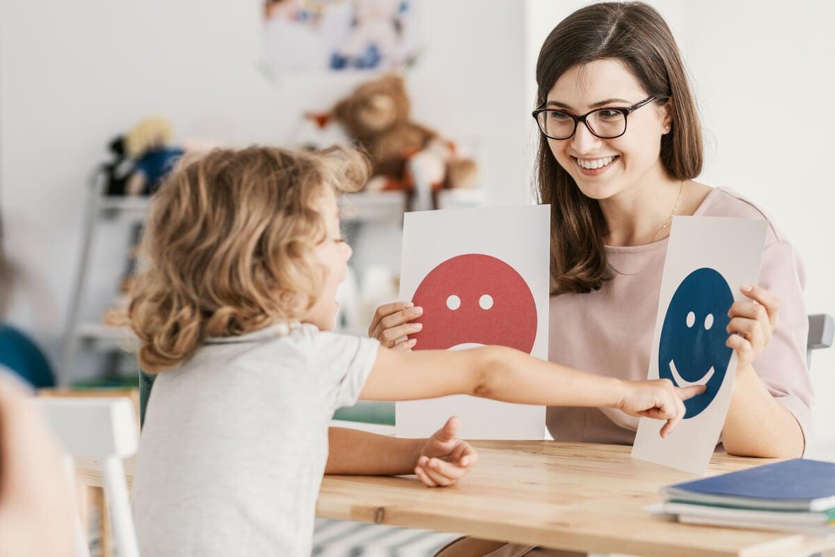 Profesora enseñando emociones a una alumna
