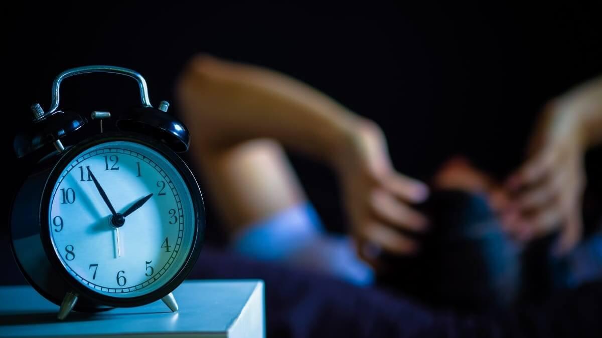 Hombre que sufre insomnio por ansiedad