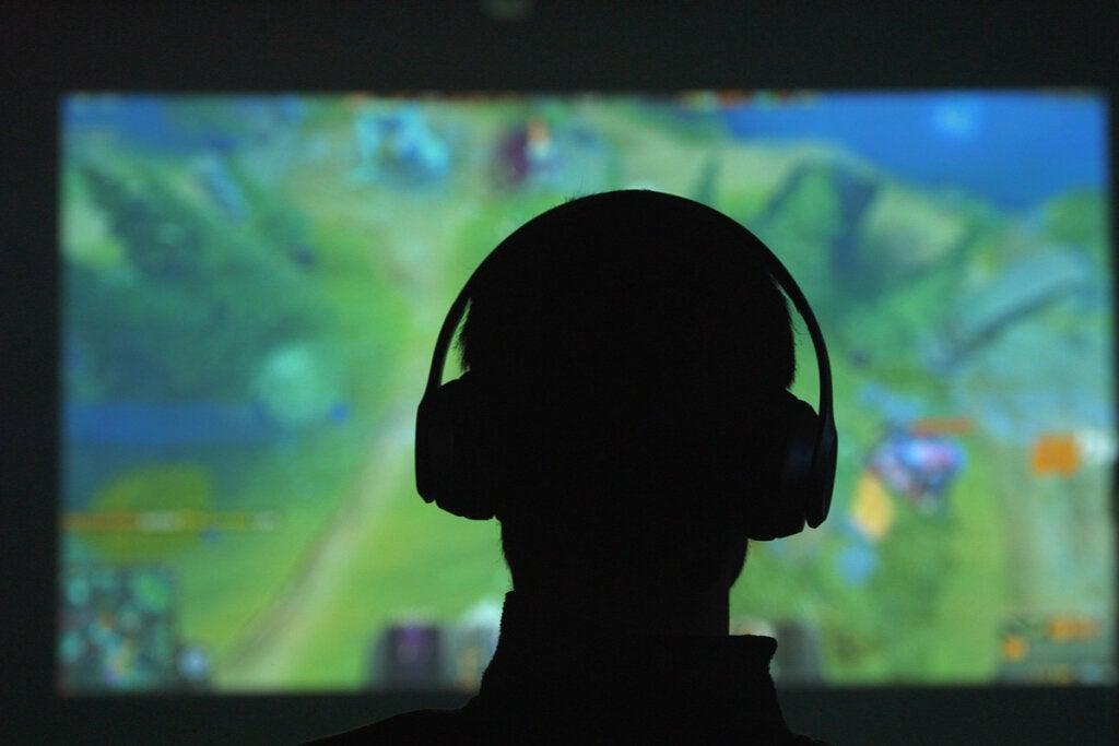 Adolescente con videojuegos
