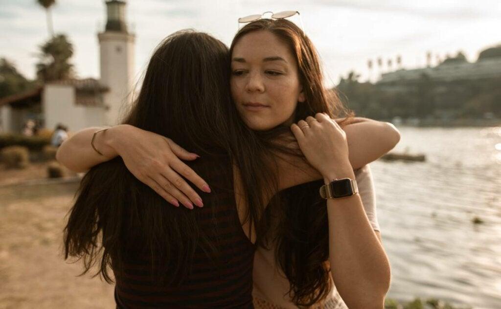 Amigas abrazándose simbolizando las amistades líquidas