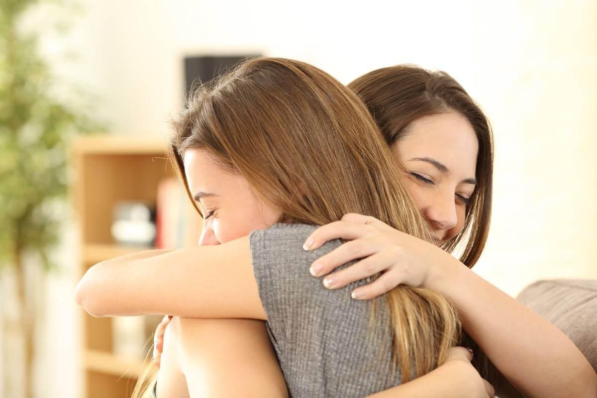 amigas abrazadas simbolizando cómo pedir perdón