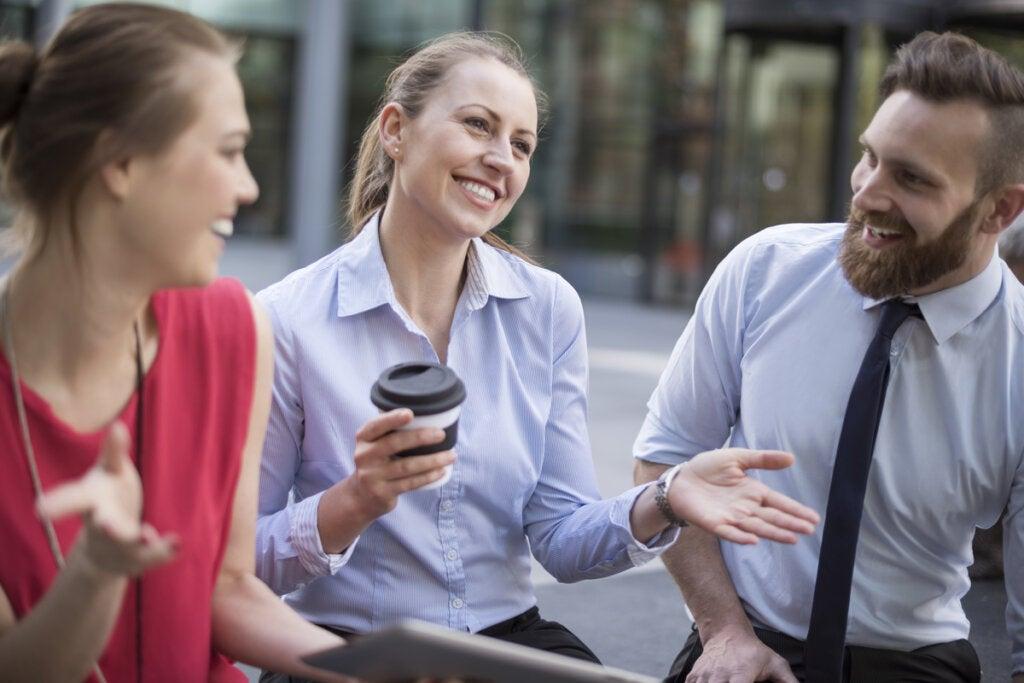 Amigos hablando en la calle