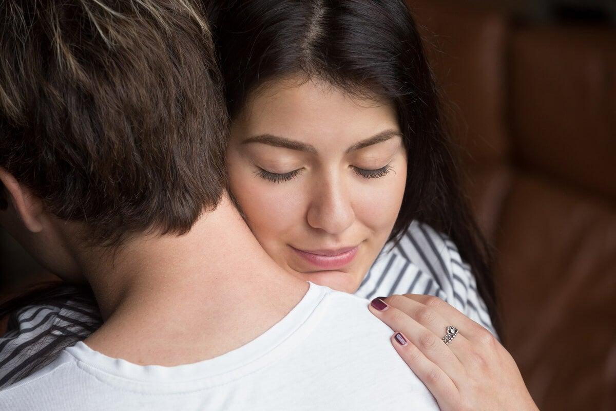 Chica abrazándose a un amigo para representar cómo consolar con palabras