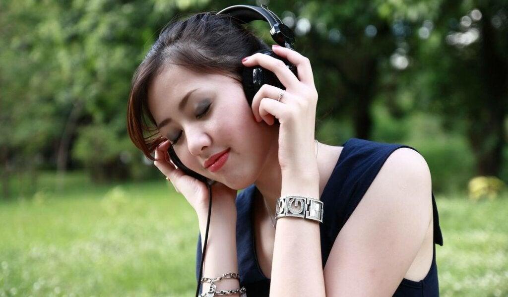 chica experimentando el oído absoluto