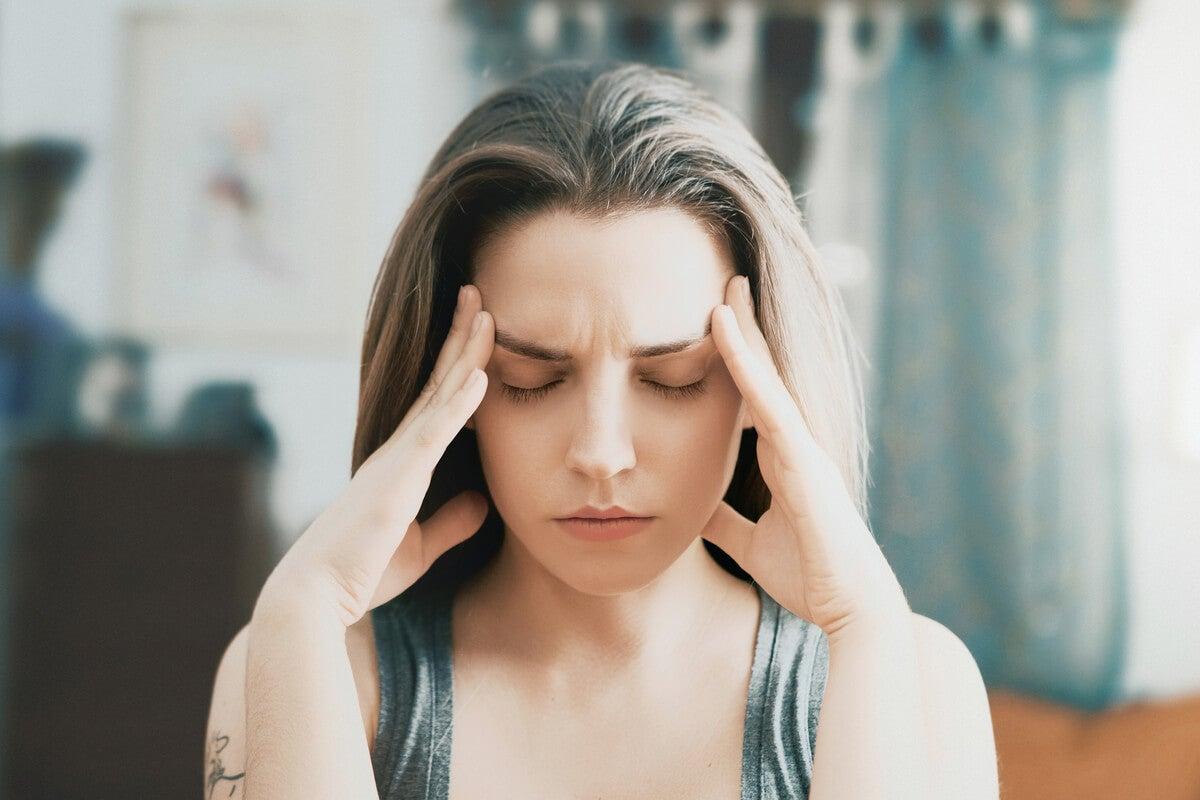 Chica estresada con los ojos cerrados