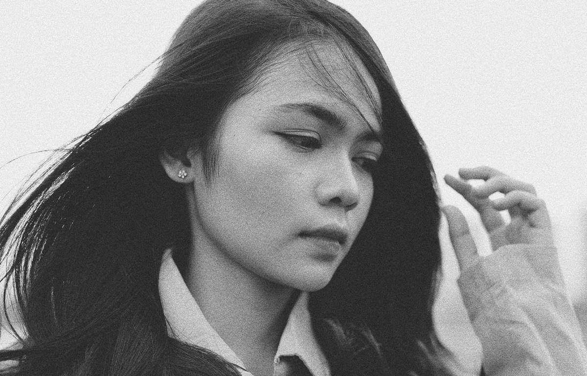 Chica pensando en acudir a la terapia del llanto de Japón