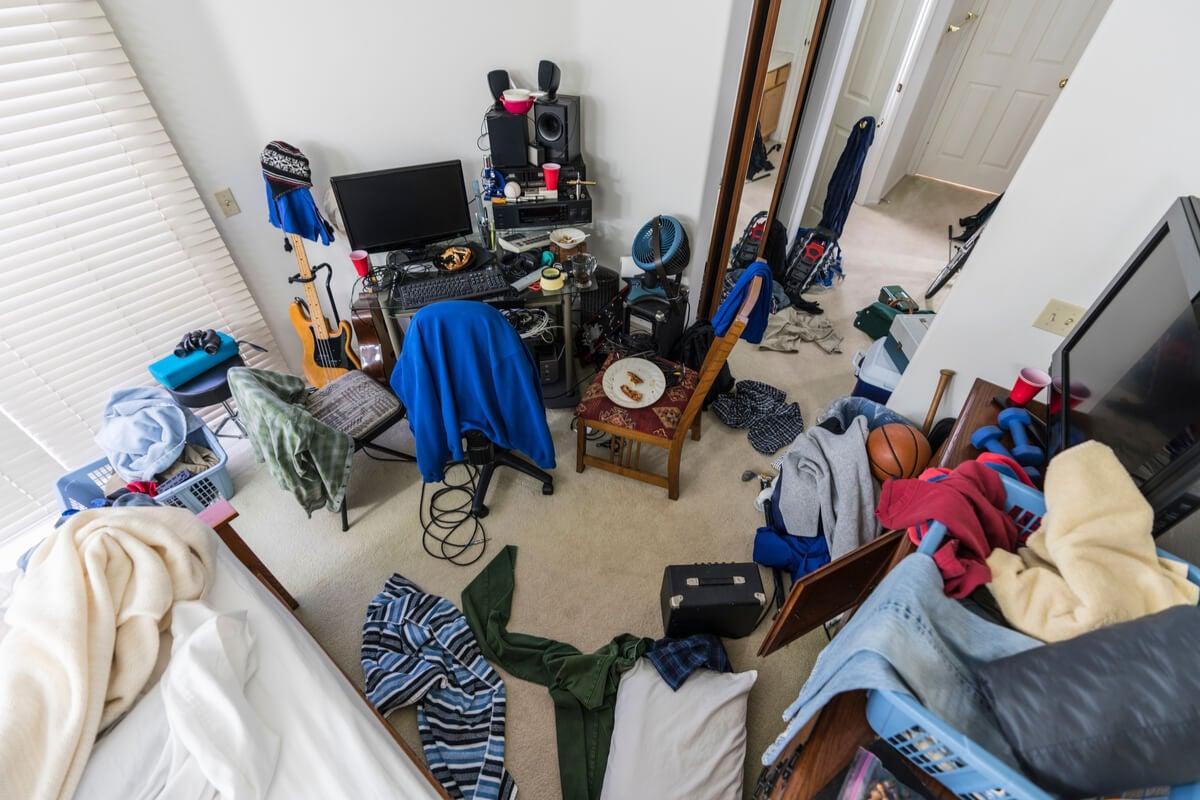 Habitación de un adolescente desordenada