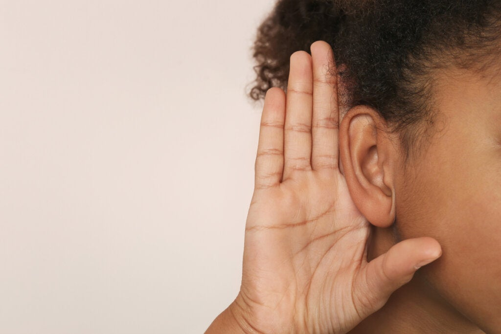 Hombre agarrándose la oreja