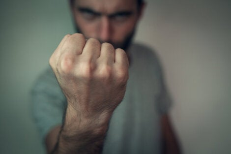 Hombre agresivo