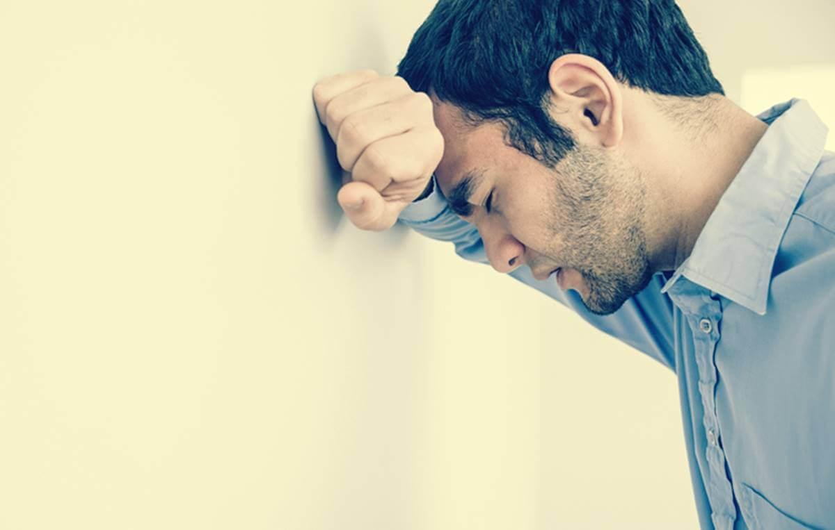 Hombre que sufre ansiedad y dificultad para respirar