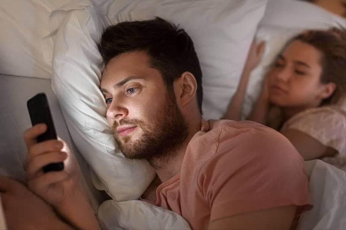 Hombre practicando la infidelidad digital