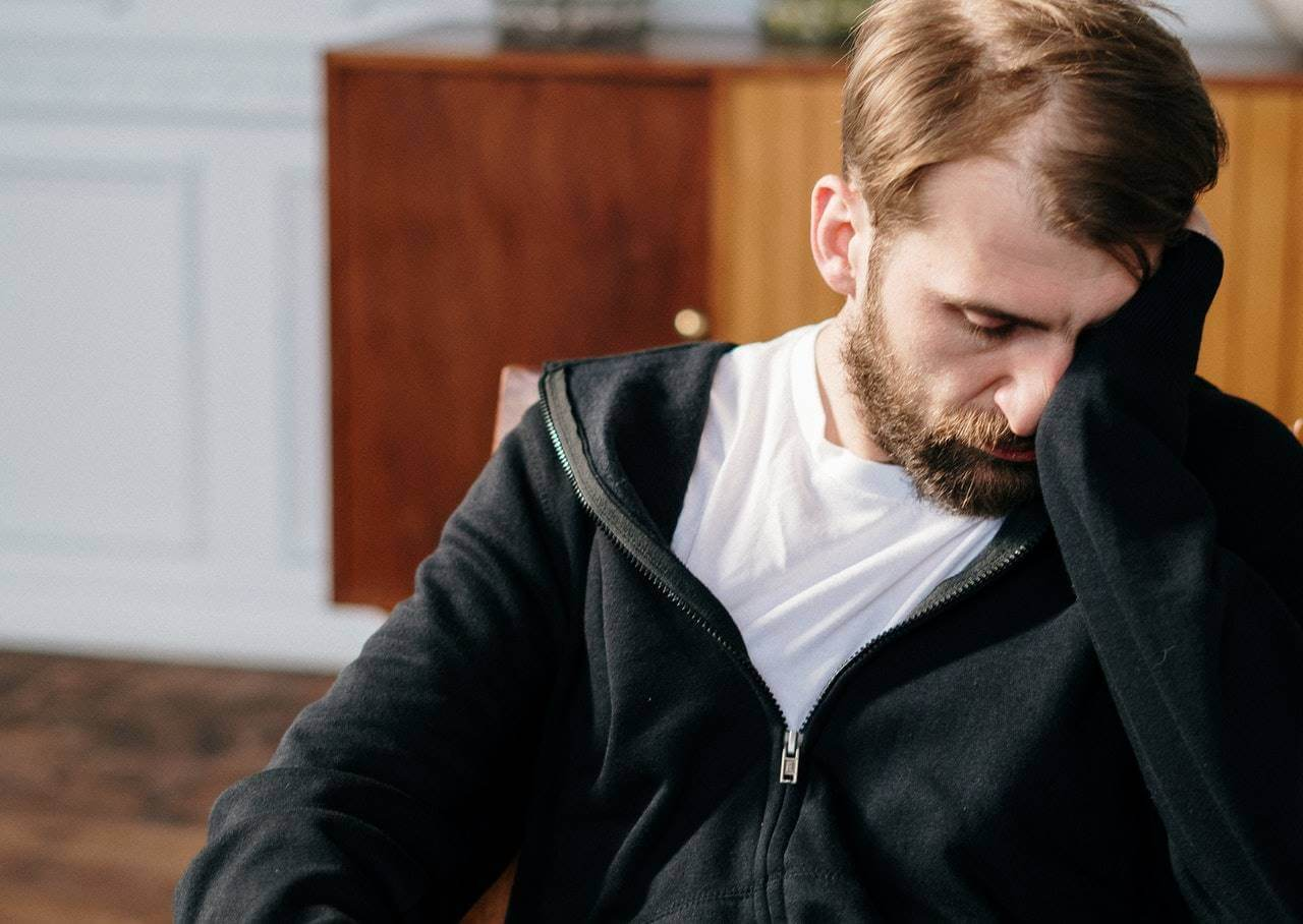 Hombre cansado debido a la ansiedad y sistema inmunitario