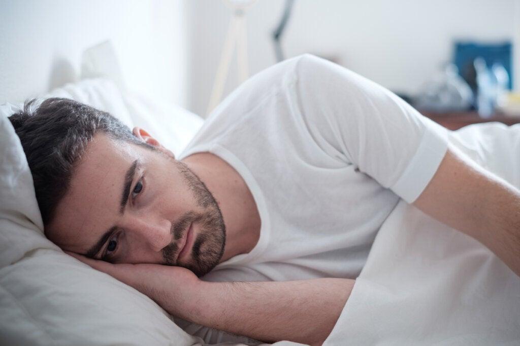 Hombre despierto en la cama