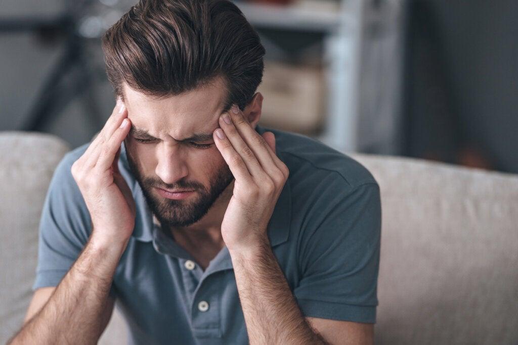 Hombre que sufre síntomas de estrés crónico