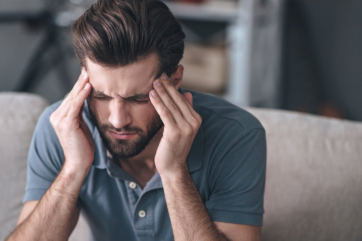 Hombre con dolor de cabeza por ansiedad