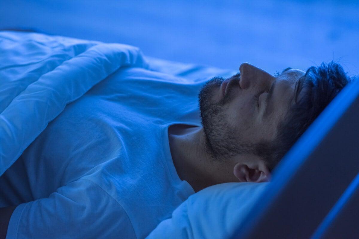 Hombre dormido en la cama