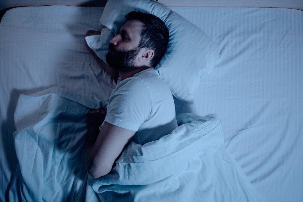 Hombre dormido de lado